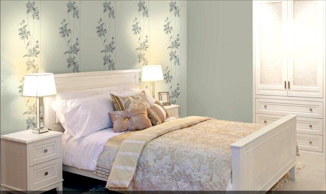 Интерьер спальни поклеенной комбинированными обоями